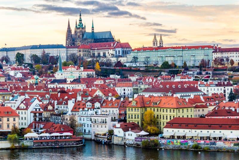 Castelo de Praga no por do sol - república checa foto de stock