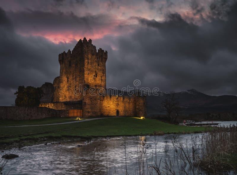 Castelo de Ross na noite imagens de stock