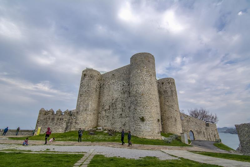 Castelo de Santa Ana em Castro Urdiales imagens de stock