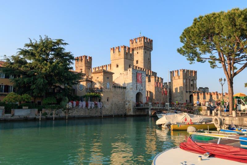Castelo de Scaliger em Sirmione, Itália no lago Garda imagem de stock royalty free
