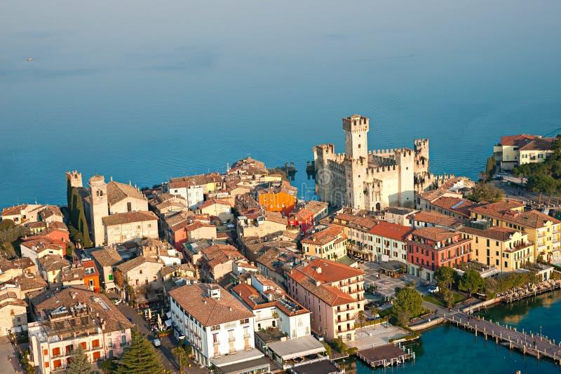 Castelo de Scaliger em Sirmione pelo lago Garda, Italy foto de stock