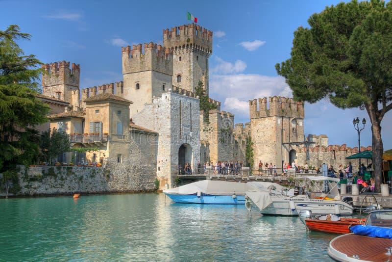 Castelo de Scaliger, Sirmione no lago Garda, Italy imagem de stock
