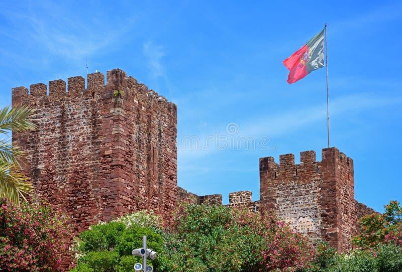 Castelo de Silves com bandeira, Portugal fotografia de stock