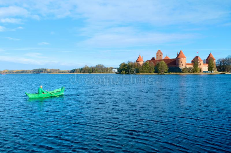 Castelo de Trakai com lago e barco fotografia de stock