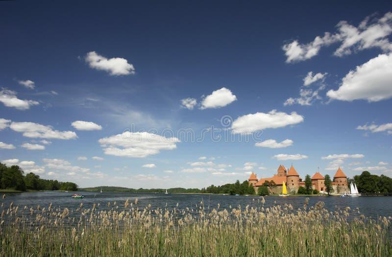 Castelo de Trakai e lago Galve em Lithuania fotografia de stock royalty free