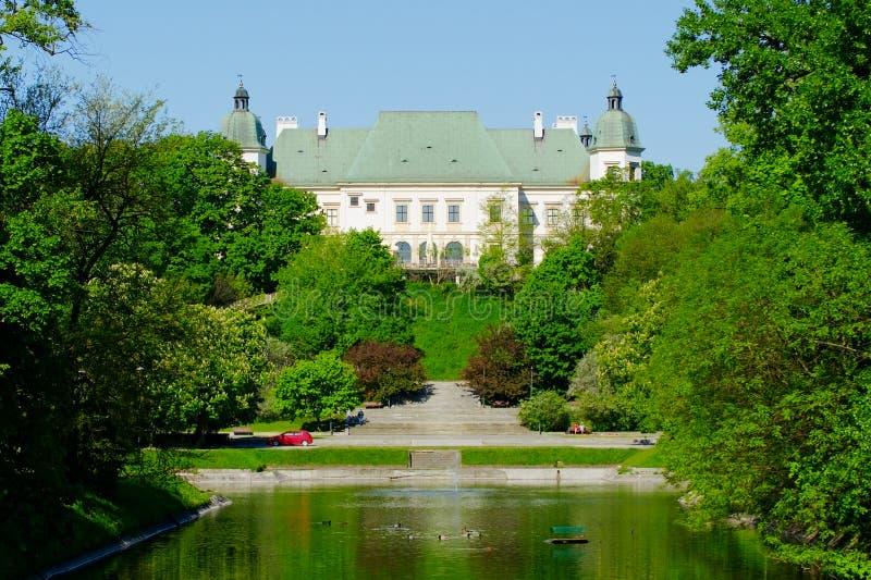 Castelo de Ujazdow, visto do canal real, Varsóvia, Polônia foto de stock royalty free