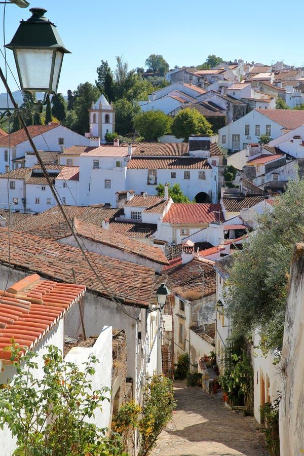 CASTELO DE VIDE, PORTUGALIA: Typowy moczy brukującą ulicę w Starym miasteczku zdjęcia stock