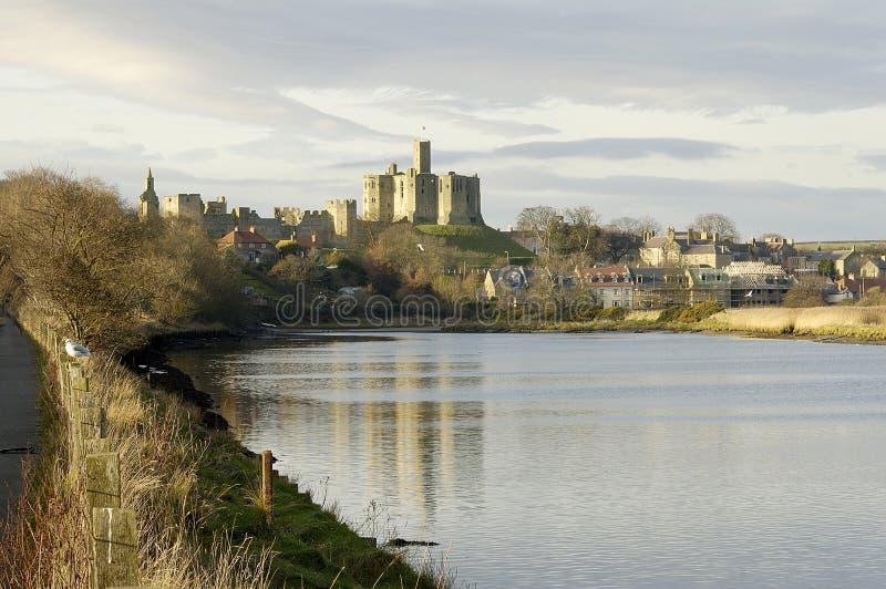 Castelo de Warkworth e rio Aln fotos de stock royalty free