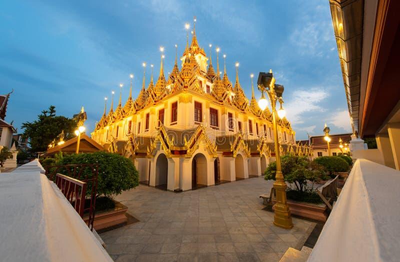 Castelo de Wat Ratchanatdaram e do metal de Loha Prasat no crepúsculo, no marco e no lugar famoso de Banguecoque, Tailândia imagens de stock royalty free