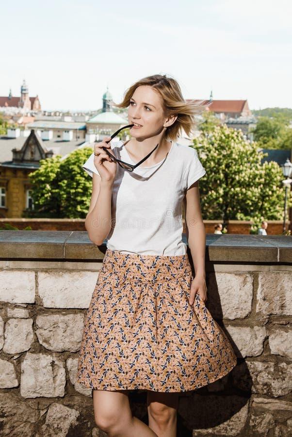 Castelo de Wawel em Krakow Uma jovem mulher com um telefone celular uma mulher fala através de um telefone celular krakow Curso a fotografia de stock royalty free