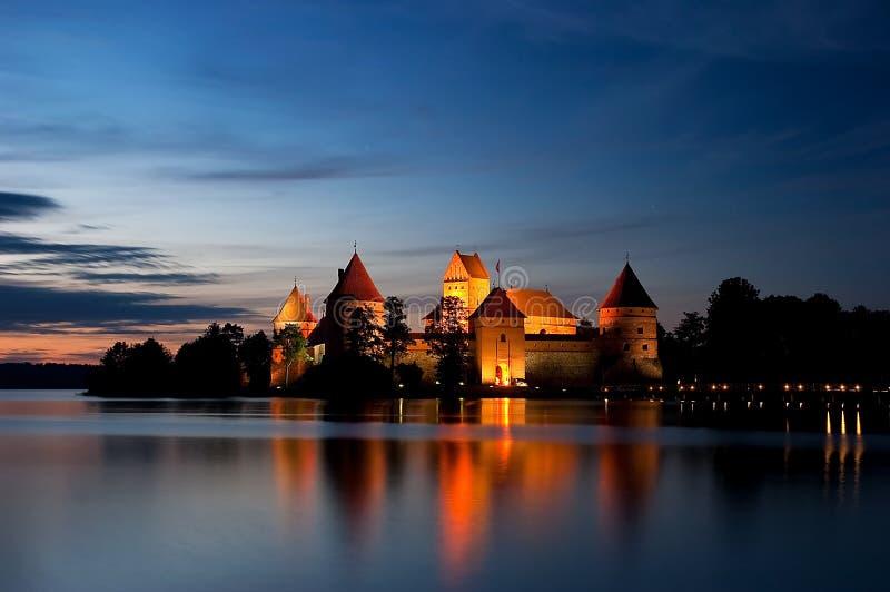 Castelo do console na noite, Trakai, Lithuania, Vilnius foto de stock royalty free