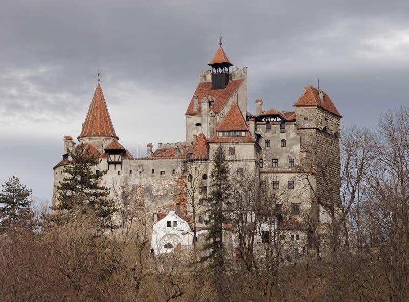 Castelo do farelo conhecido como o castelo do ` s de Dracula e o céu dramático imagem de stock