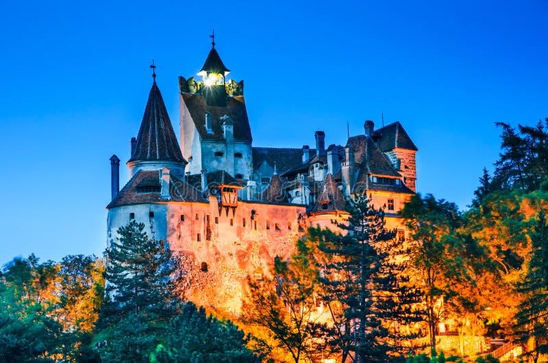 Castelo do farelo, vista crepuscular, Romênia imagens de stock