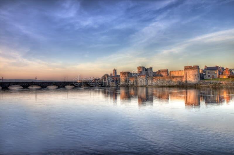 Castelo do rei John no por do sol no limerick, Ireland. fotografia de stock royalty free