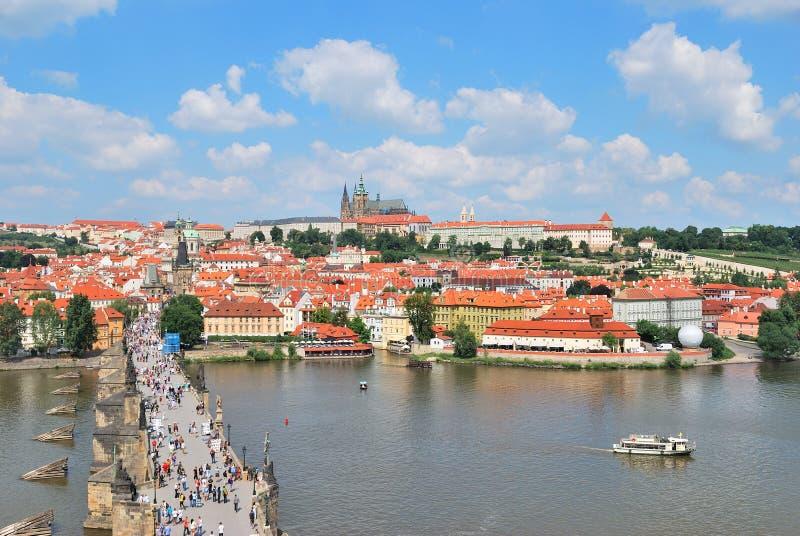 Castelo do rio e da Praga de Vltava foto de stock