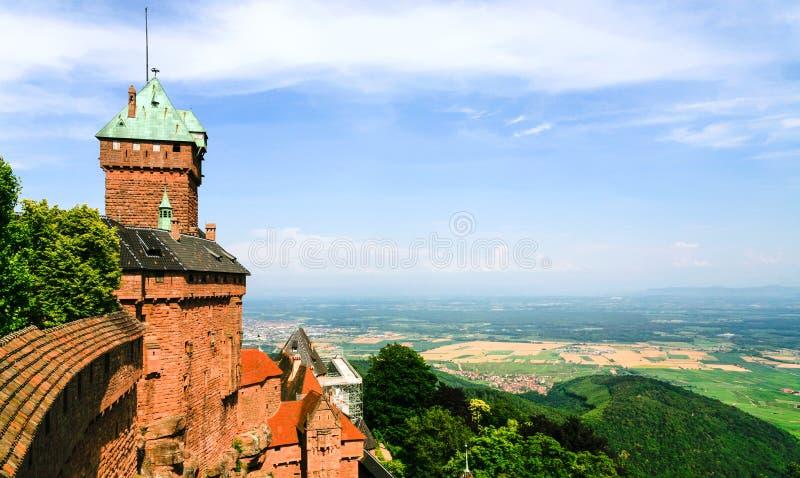 Castelo du Haut-Koenigsbourg e terras de Alsácia fotos de stock royalty free