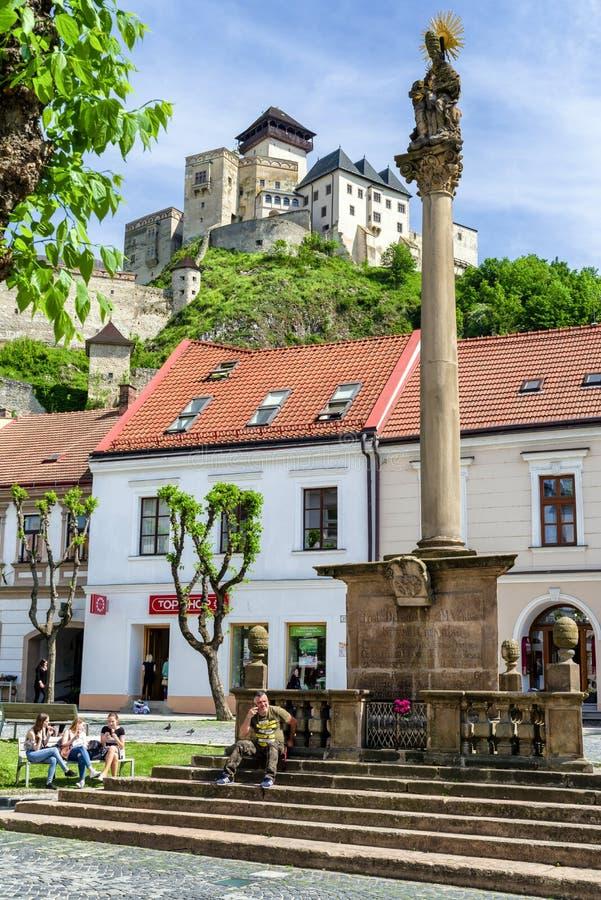 Castelo e coluna do praga na cidade Trencin, Eslováquia fotografia de stock royalty free