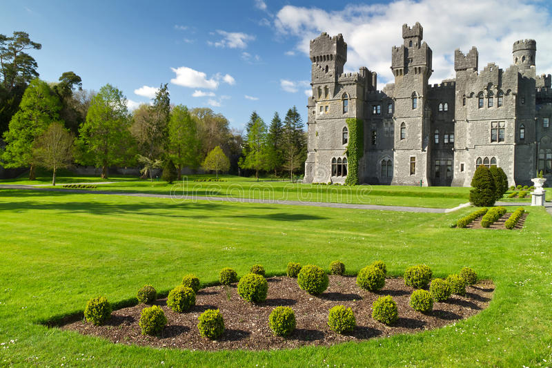 Castelo e jardins de Ashford imagem de stock