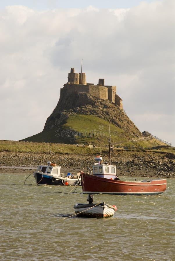 Castelo e porto de Lindisfarne imagem de stock royalty free