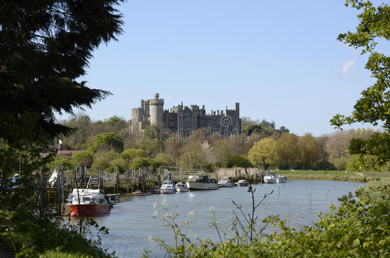 Castelo e rio de Arundel sussex inglaterra imagem de stock
