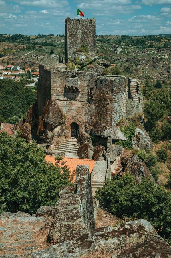 Castelo e torre de pedra sobre o penhasco rochoso foto de stock royalty free