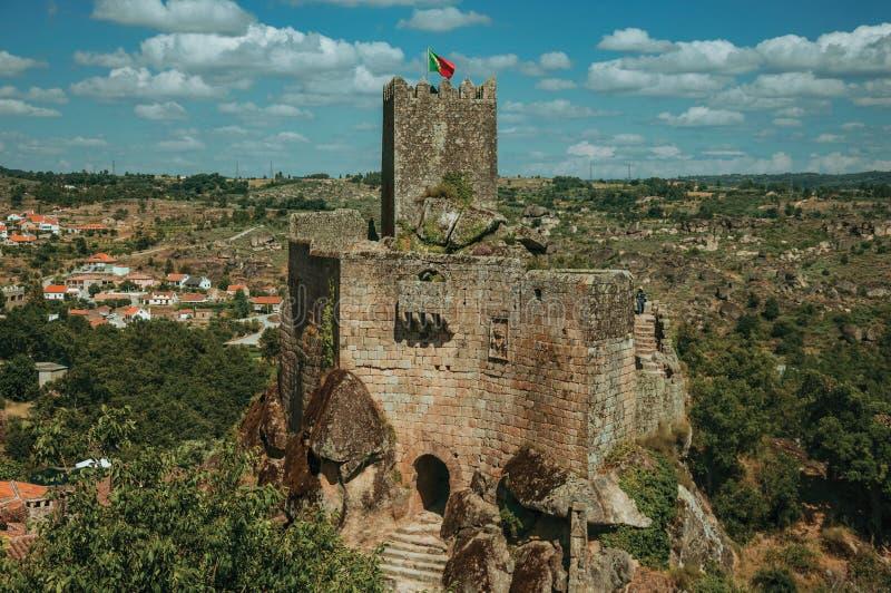Castelo e torre de pedra sobre o penhasco rochoso fotos de stock royalty free