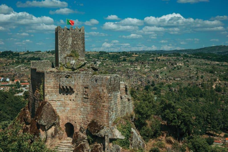 Castelo e torre de pedra sobre o penhasco rochoso imagem de stock royalty free