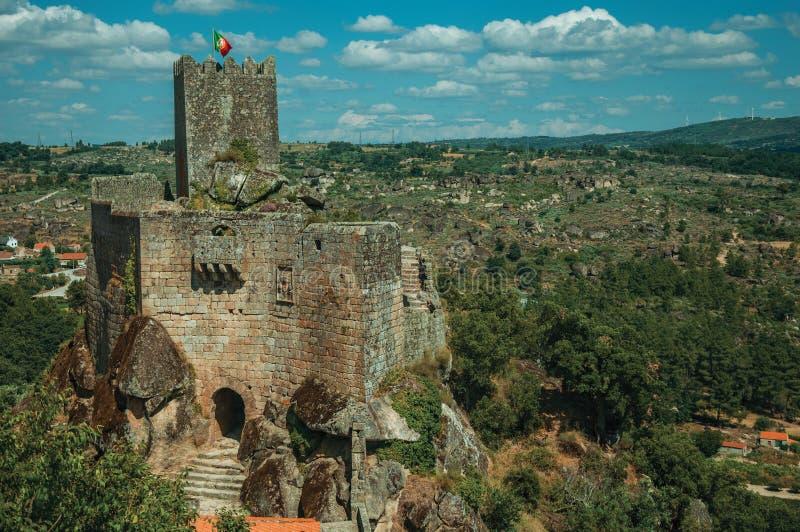 Castelo e torre de pedra sobre o penhasco rochoso foto de stock