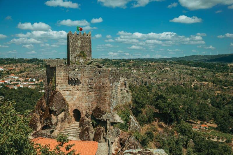 Castelo e torre de pedra sobre o penhasco rochoso imagens de stock royalty free