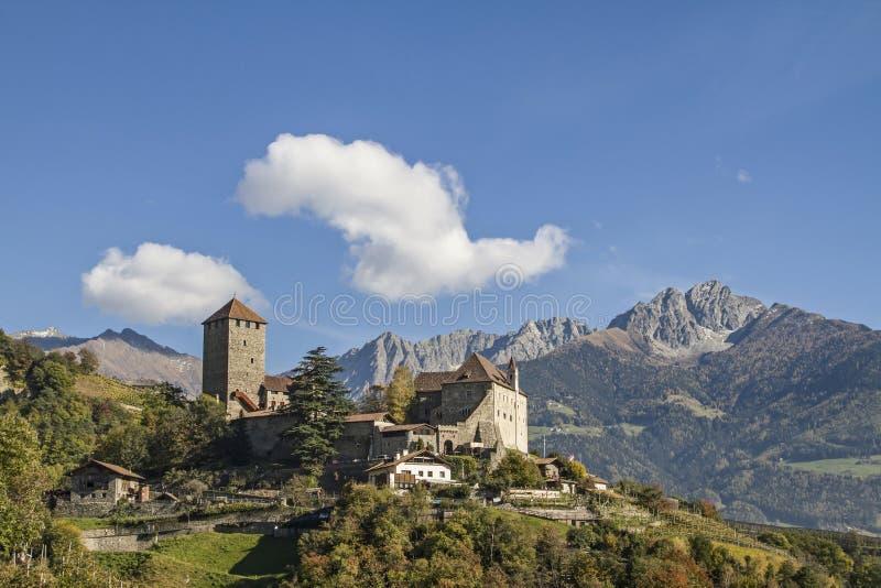 Castelo em Tirol sul imagens de stock