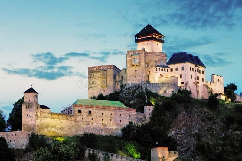 Castelo em Trencin na noite, Eslováquia fotografia de stock royalty free