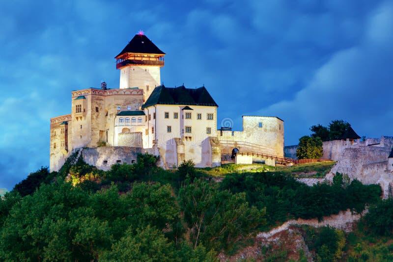 Castelo em Trencin na noite, Eslováquia fotos de stock