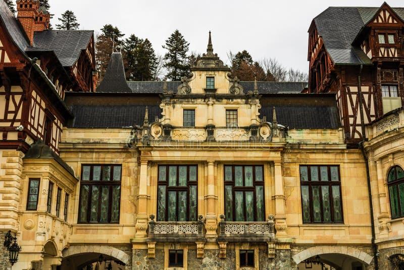 Castelo em um dia nebuloso do inverno, o castelo real o mais famoso de Romênia, marco romeno de Peles fotos de stock