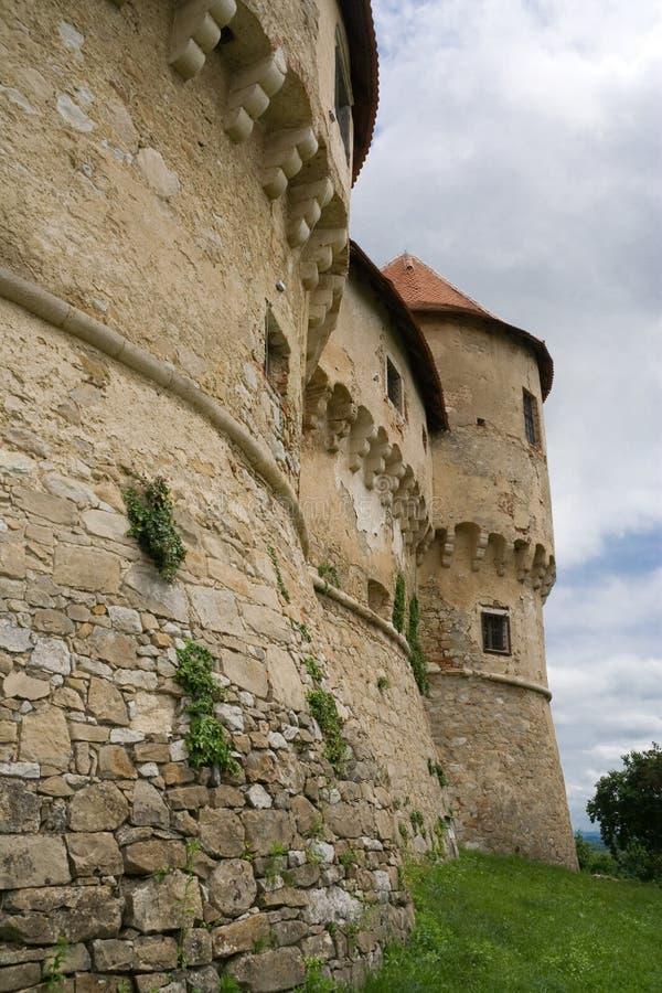 Castelo em um monte imagens de stock
