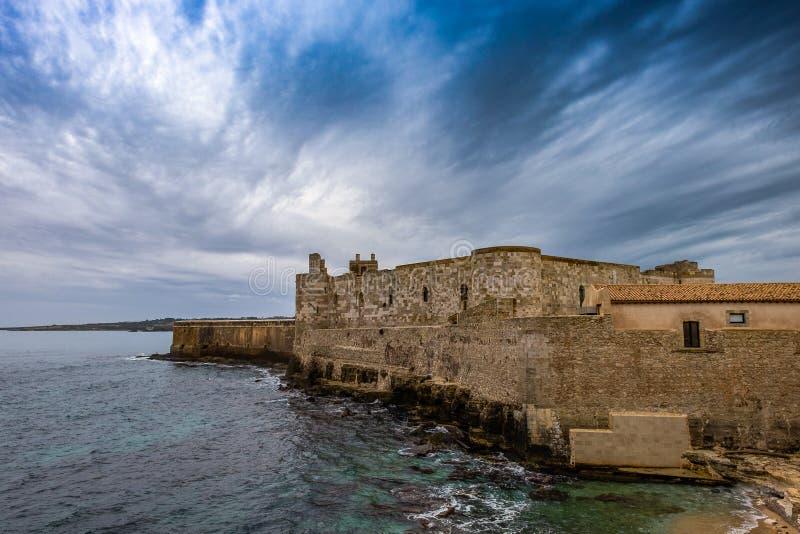 Castelo envelhecido médio de Maniace no seacoast na ilha de Ortigia em Sicília, Siracusa fotografia de stock