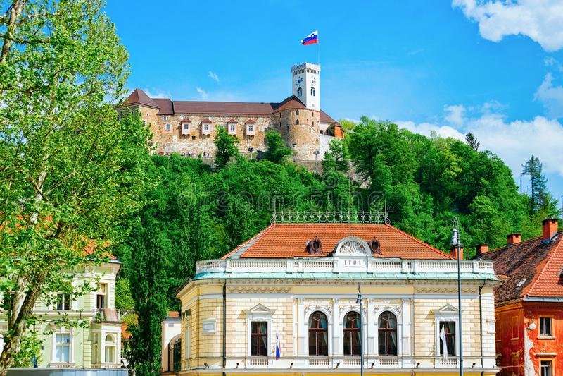 Castelo filarmônico e velho da academia no monte do castelo no centro histórico de Ljubljana foto de stock