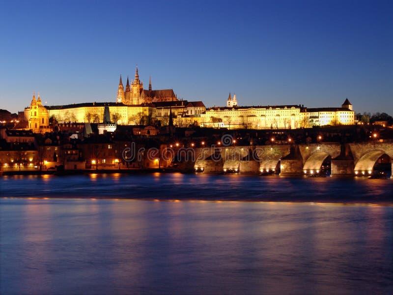 Castelo gótico de Praga após o por do sol em Vltav foto de stock royalty free