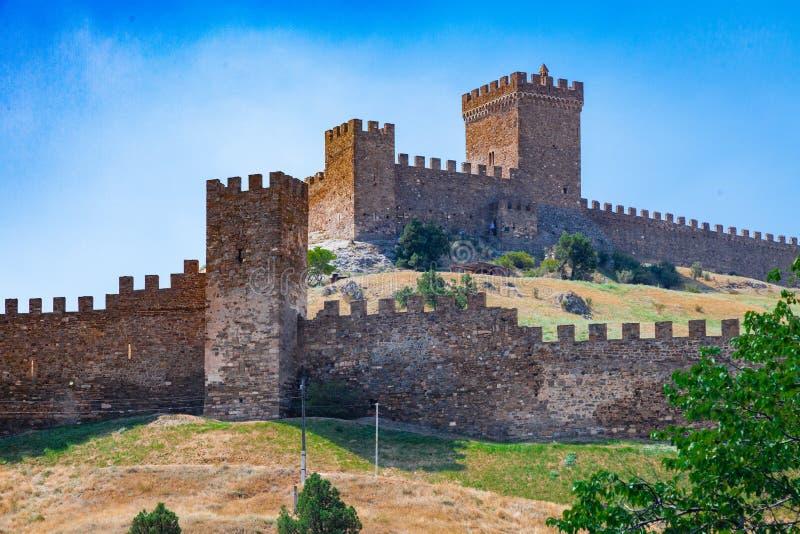 Castelo Genoese antigo da fortaleza em uma rocha pelo mar em Sudak fotos de stock royalty free