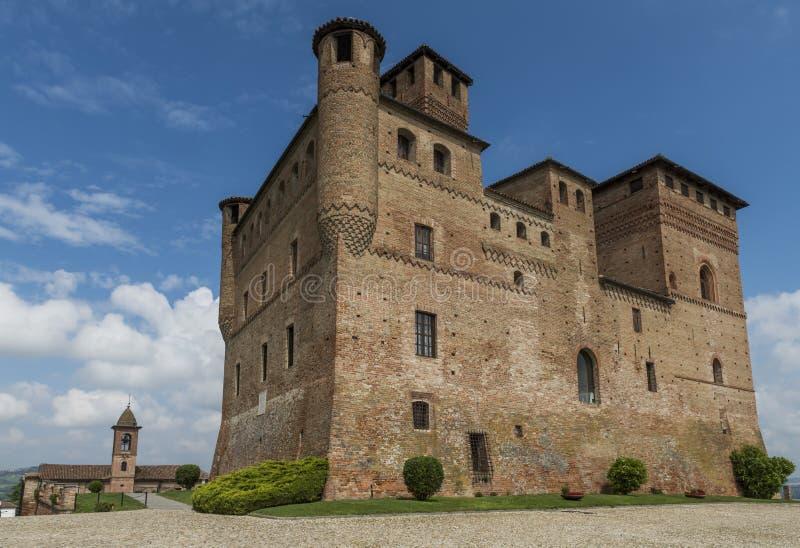 Castelo Grinzane Cavour do vinho e igreja Piedmont imagem de stock royalty free