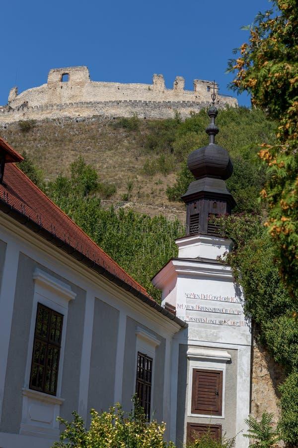 Castelo húngaro famoso antigo na vila pequena Sumeg imagem de stock royalty free