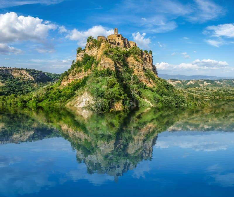 Castelo histórico bonito na rocha famosa com lago claro imagens de stock royalty free