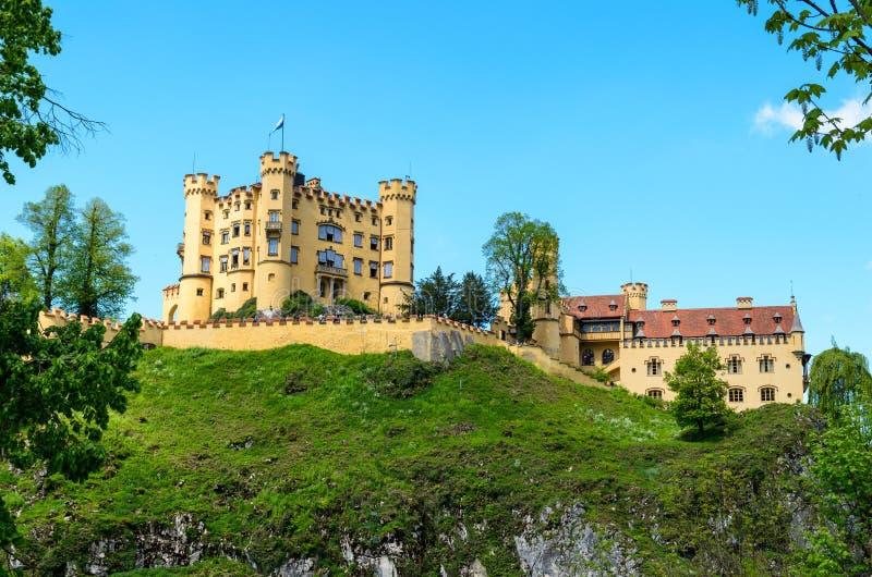 Castelo Hohenschwangau perto de Alpsee e o famoso castelo Neuschwanstien Bayern, Alemanha foto de stock royalty free