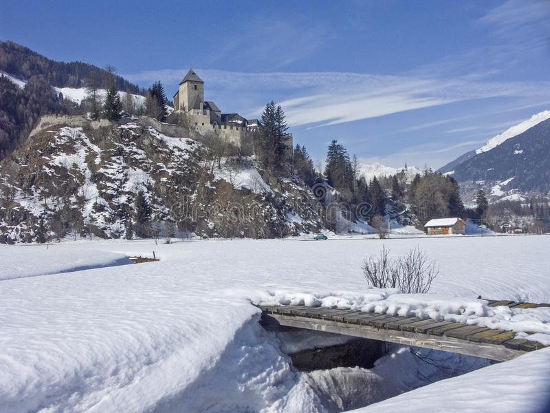 Castelo invernal de Reifenstein em Tirol sul fotografia de stock royalty free