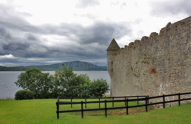 Castelo irlandês velho no lago com fundo da montanha foto de stock royalty free