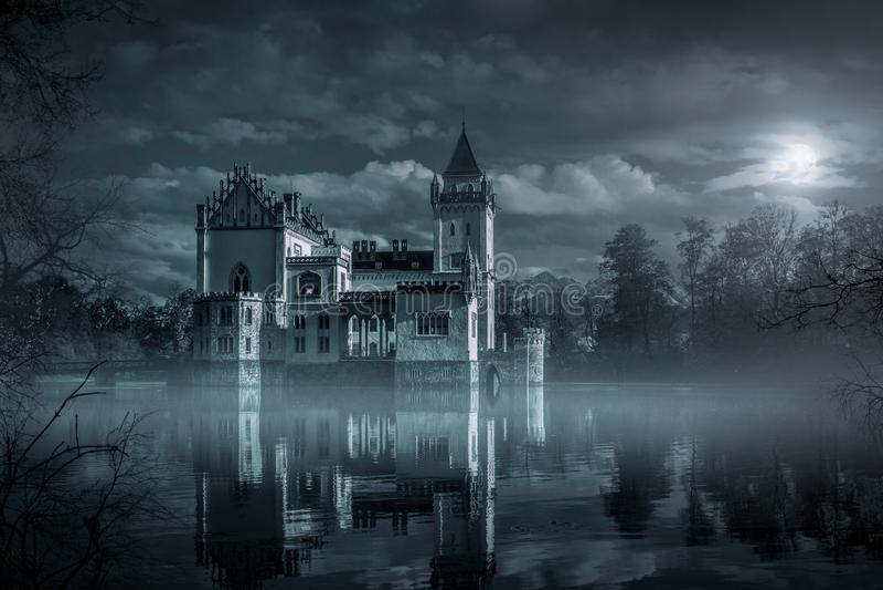 Castelo místico da água no luar imagem de stock