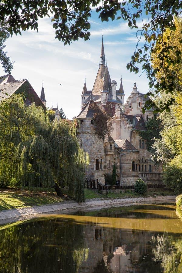 Castelo medieval bonito nas proximidades do lago Parque da cidade de Budapest Hungria foto de stock