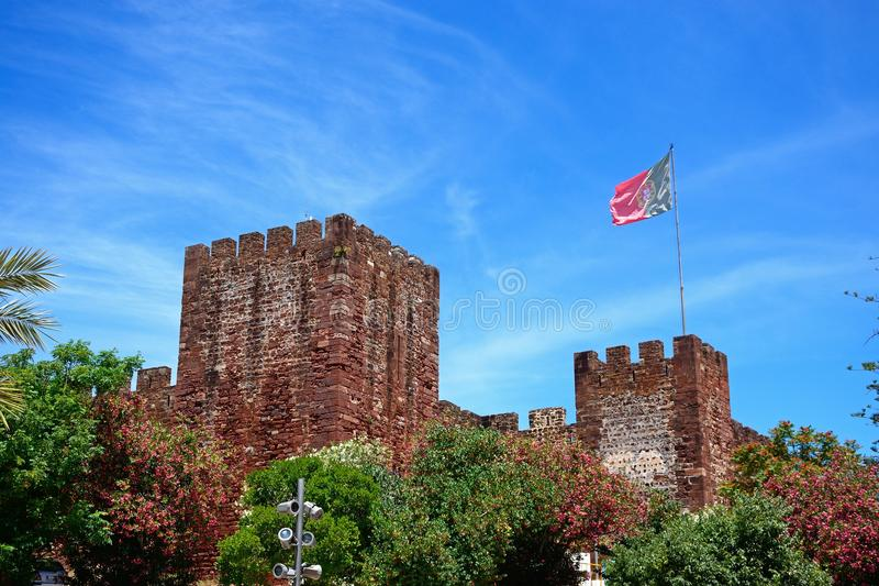 Castelo medieval com bandeira, Silves, Portugal fotos de stock