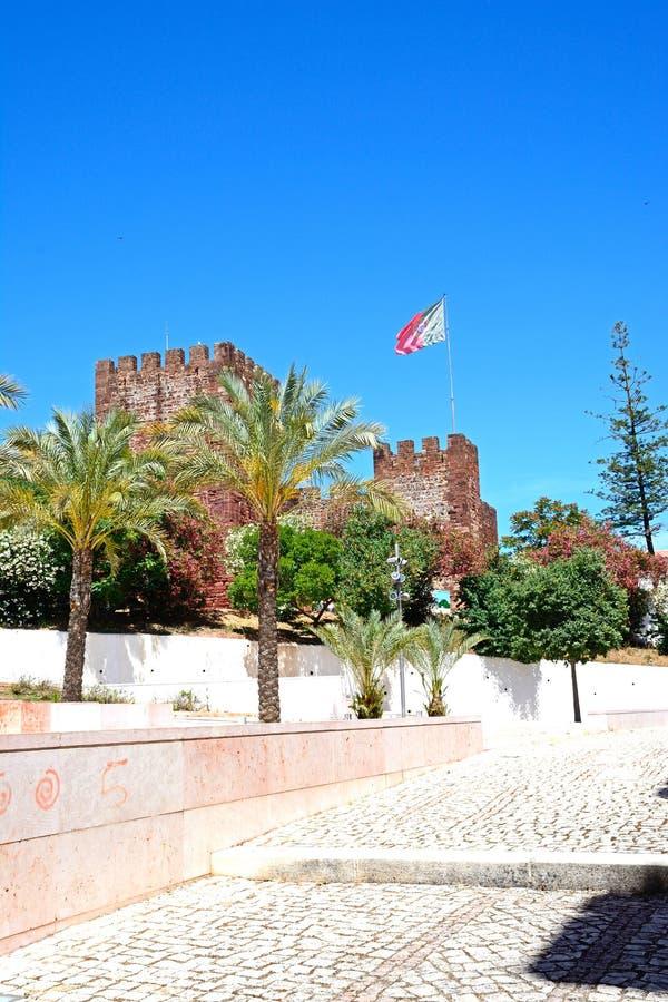 Castelo medieval com bandeira, Silves, Portugal imagens de stock