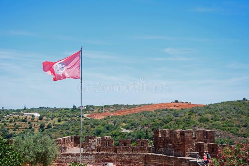 Castelo medieval com bandeira, Silves, Portugal imagens de stock royalty free