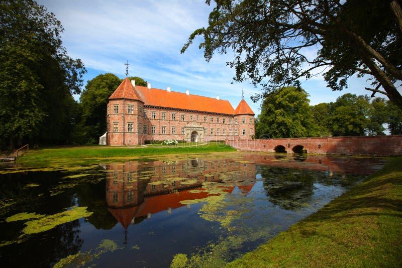 Castelo medieval com o lago em Dinamarca fotografia de stock
